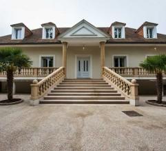 Extérieurs - 2400 m² - Terrasses et Balcons tout autour de la maison, Jardin, Parking béton lavé pour 10 voitures.